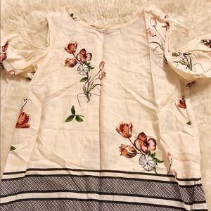 ♥️DONATING JULY 31♥️ Cold Shoulder Floral Top
